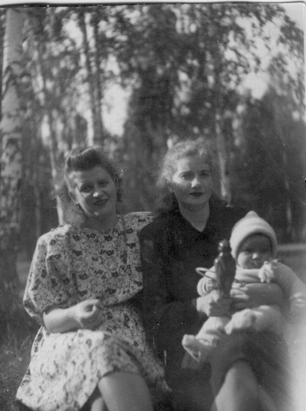 Люся и соседка тётя Ася Монино 1949 г